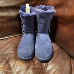 Ugg NWOBox size 7 right foot and other bigger